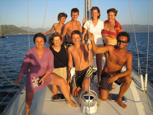 Une folle équipée à la cabine sur un voilier monocoque de location en Corse