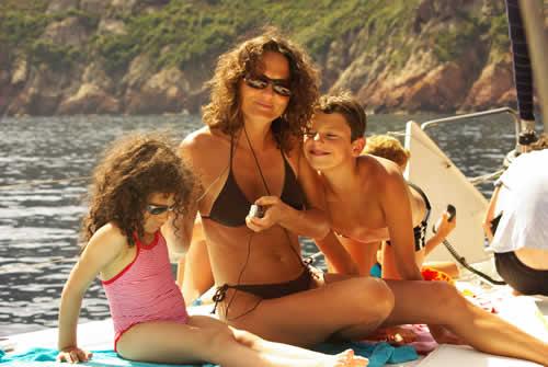 Une mère épanouie à faire voguer sa famille sur une croisière à la voile en Corse