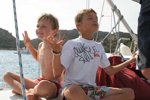 Zen attitudes des enfants à bord de ce voilier en Corse