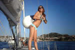 Accostage imminent du voilier dans un port en Sardaigne, l'équipage est prêt.
