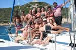 Amis et amies sur voiliers de location avec skipper, voilier en flotte