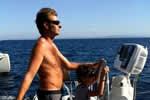 Apprentissage de la barre en toute sécurité sur le catamaran de location