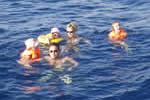 Baignade en famille sur un mouillage catamaran de location avec skipper