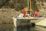 Catamaran au mouillage dans le Fazzio, sud Corse sur une location avec skipper