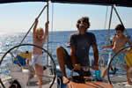 Enfants de tous les ages sur ce voilier de loc avec skipper en Corse