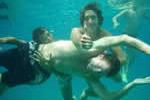 Jeunes gens en baignade pour une croisière en famille sur la Corse