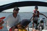 Les jeunes profitent de se former à la navigation à la voile sur un voilier monocoque