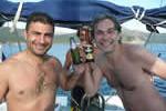 Plaisir d'une bière sur une croisière à la voile en Corse