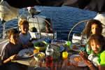 Repas d'enfants sur cette croisière en famille sur un voilier de location