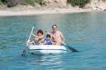 Retour en annexe du bord de plage lors d'une croisière à la voile