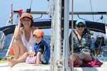 Réunion de famille sur le pont du bateau lors d'une croisière avec skipper