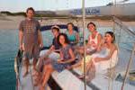 Réunion de famille sur le voilier monocoque lors d'une location avec skipper