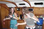Soirée festive sur une croisière entre filles à bord d'un voilier en Corse