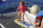 Surf sur trampoline de catamaran loué avec skipper en Corse