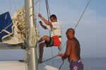 Un peu de sport pour monter sur ce mât lors d'une location de catamaran